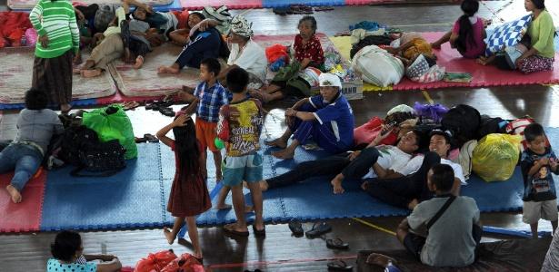Pessoas descansam em uma abrigo após serem removidos de suas casas por conta de abalos sísmicos ocasionados por um vulcão, em Bali, na Indonésia - Sonny Tumbelaka/AFP