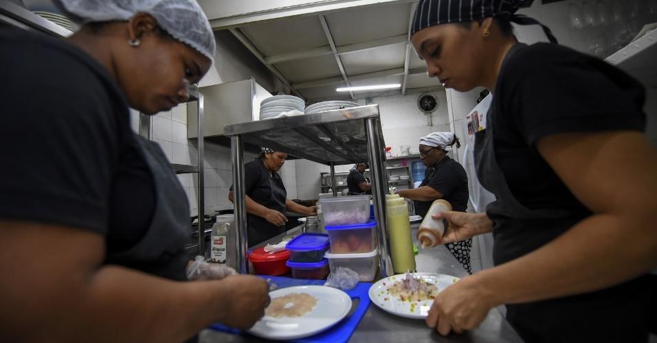 Detentas colombianas trabalham no restaurante chamado Interno, na prisão de San Diego, em Cartagena