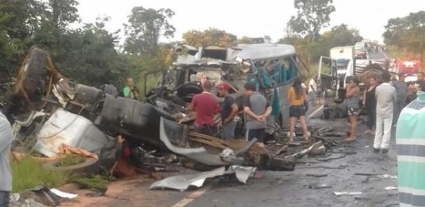Acidente envolve cinco veículos no fim da madrugada deste sábado (13)