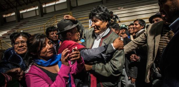 23.fev.2016 - Presidente Evo Morales (no centro) é saudado após inauguração de um novo estádio em região indígena da Bolívia