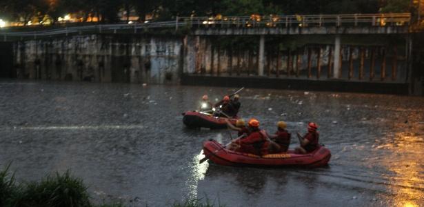 26.fev.2018 - Bombeiros procuram menino que caiu em córrego da zona leste de São Paulo durante temporal - Rubens Cavallari/Folhapress