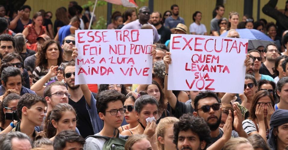 15.mar.2018 - Manifestantes erguem cartazes de protesto durante ato em homenagem à vereadora Marielle Franco (PSOL-RJ), assassinada na noite da quarta-feira (15) no centro do Rio. O ato acontece do lado de fora da Câmara Municipal do Rio de Janeiro, no centro do Rio, onde será velado o corpo da vereadora