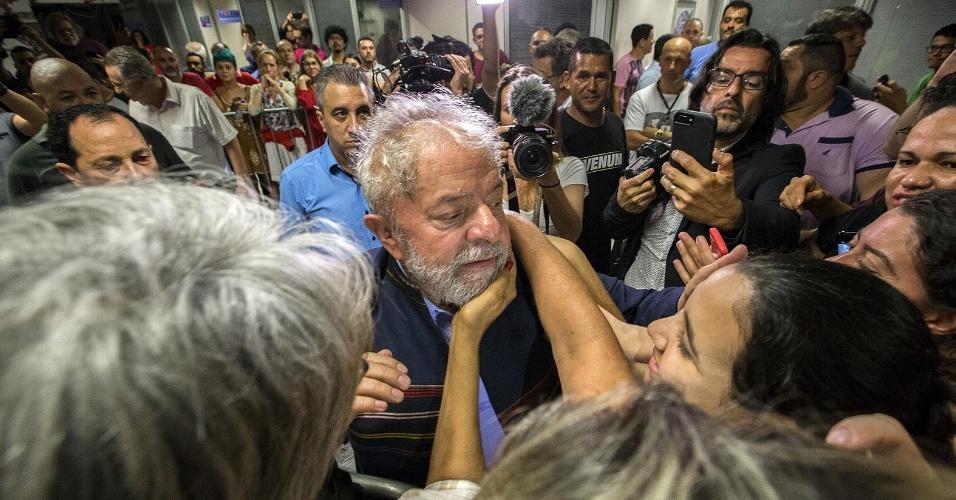 5.abr.2018 - O ex-presidente Luiz Inácio Lula da Silva (PT) aparece para cumprimentar militantes no Sindicato dos Metalúrgicos do ABC, em São Bernardo do Campo (SP). O juiz Sergio Moro decretou sua prisão e ele tem até amanhã para se apresentar à polícia.