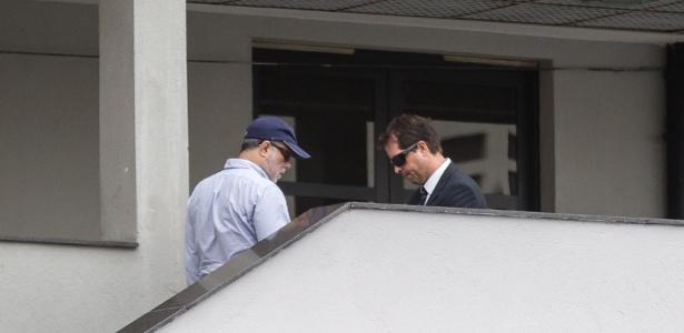 Marcelo Sereno (de boné) chega a sede da PF apos ser deflagrada a operacao Rizoma