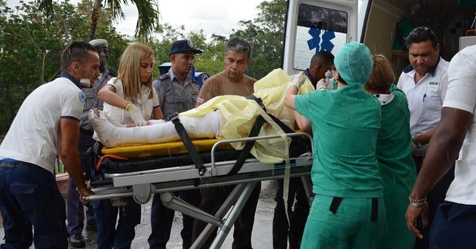 18.mai.2018 - Sobrevivente do acidente de avião é transportada ao hospital de Havana, em Cuba