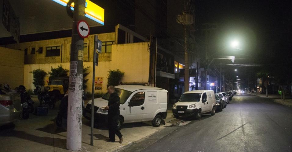 Motoristas enfrentam fila em frente ao posto Duque JK, na avenida Juscelino Kubitschek, no Itaim Bibi, em São Paulo, após a informação de que chegaria um caminhão com combustível para abastecer as bombas no local. Às quatro da manhã desta segunda-feira (28), a fila já era enorme no local
