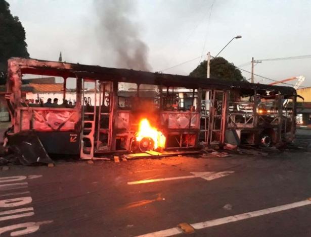 Ônibus é incendiado na cidade de Poá, na Grande São Paulo, em protesto pela morte de jovem de 20 anos baleada por um policial militar - Hélio Torchi / Estadão Conteúdo