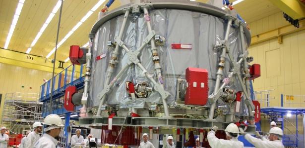 """Equipe da Airbus prepara o European Service Module para a espaçonave norte-americana """"Orion"""", em Bremen, Alemanha"""