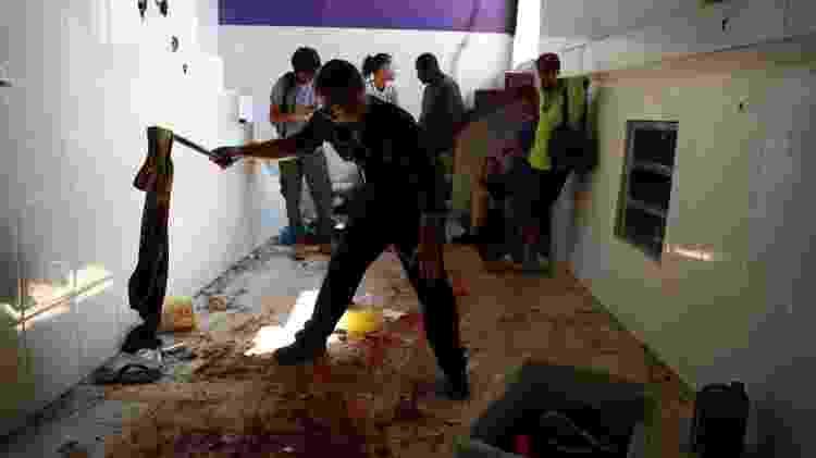 8.fev.2019 - Polícia forense inspeciona lugar onde suspeitos foram mortos pela polícia no Fallet - Pilar Olivares/Reuters