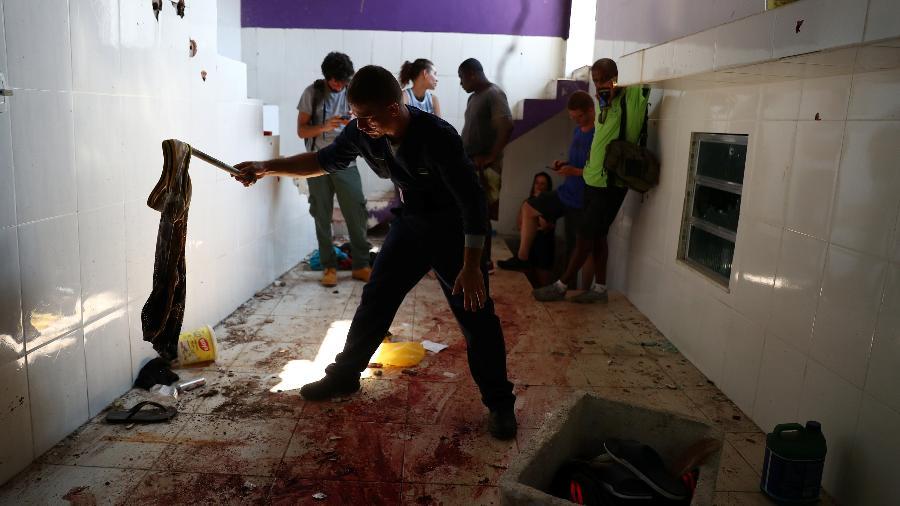 8.fev.2019 - Polícia forense inspeciona lugar onde suspeitos foram mortos pela polícia no Fallet, Rio - Pilar Olivares/Reuters
