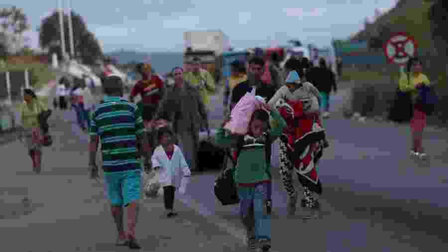 Pessoas cruzando a fronteira da Venezuela com o Brasil em Pacaraima, Roraima (22.fev.2019) - Ricardo Moraes/Reuters