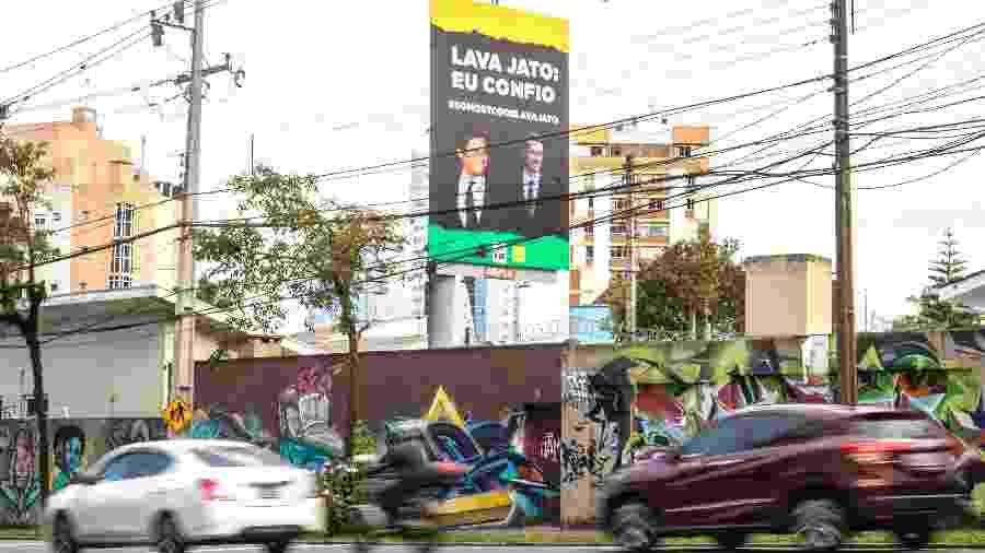 Outdoors com as fotos de Sérgio Moro e Deltan Dallagnol e frases de apoio à Lava Jato aparecem espalhados em bairros de classe média em Curitiba - Theo Marques/UOL