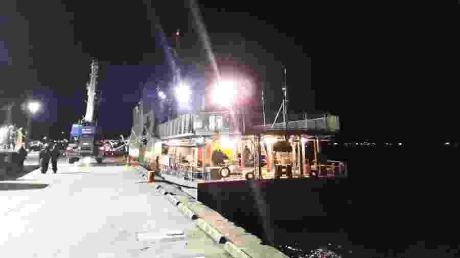 27.jul.2019 - Navio chamado Marinero Fuentealba se preparando para sair e conter óleo derramado no terminal da Ilha de Guarello  - Marinha do Chile/Reuters