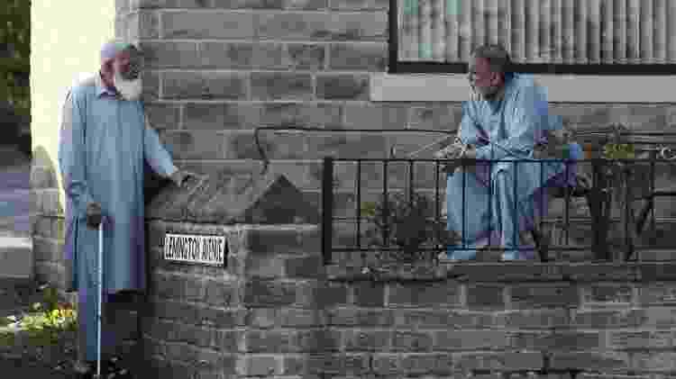 Pessoas mantêm distanciamento social em Halifax, no Reino Unido -
