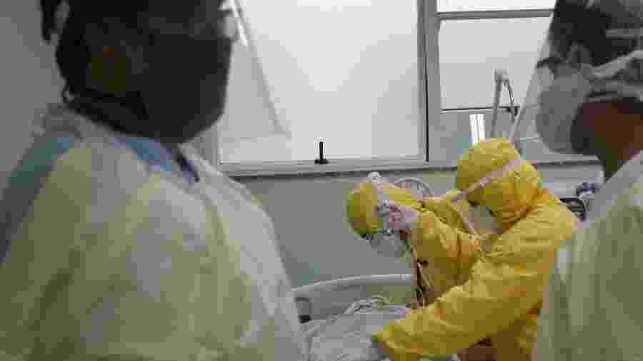 Profissionais de saúde se preparam para transportar paciente com covid-19 em Santo André -