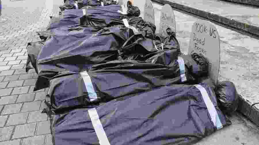 Protesto organizado pela New Florida Majority (NewFM) representa funeral simbólico de vítimas de covid-19 em Miami (Flórida), nos Estados Unidos - Divulgação/The New Florida Majority