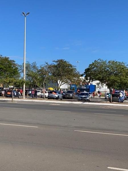 Grupo que fez ato contra governo Bolsonaro neste sábado (13) em Brasília se concentrou no estacionamento da Funarte - Divulgação