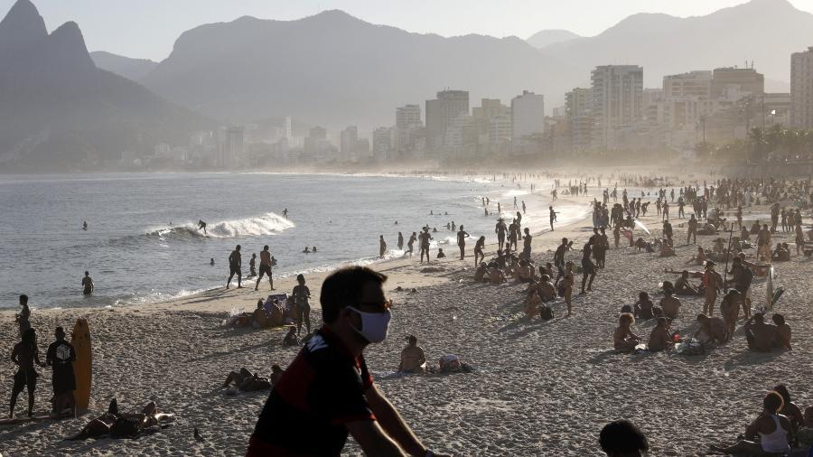 Pessoas na Praia do Arpoador em meio à pandemia de Covid-19 no Rio de Janeiro -