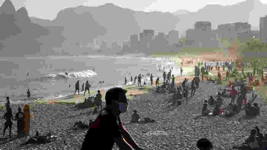 Pessoas na Praia do Arpoador em meio à pandemia; o estado do Rio de Janeiro informou hojeque tem 105.897 casos -
