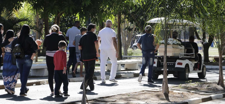 20.jul.2020 - Enterro de jovem de 19 anos morta pelo ex-companheiro, em Campinas (SP), a golpe de faca - Denny Cesare/Código 19/Estadão Conteúdo