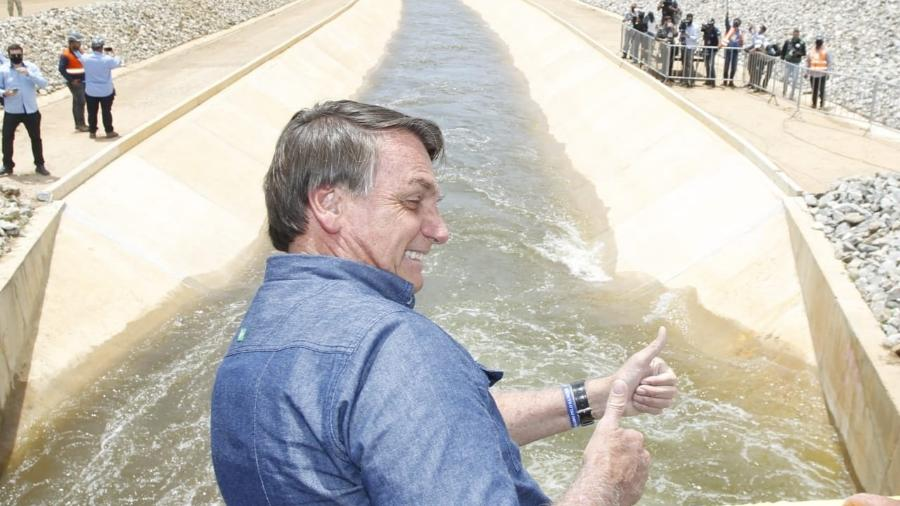 Jair Bolsonaro participa de acionamento das comportas do Ramal do Agreste no reservatório de Barro Branco, em Sertânia, no Sertão de Pernambuco - Adalberto Marques/MDR/Divulgação