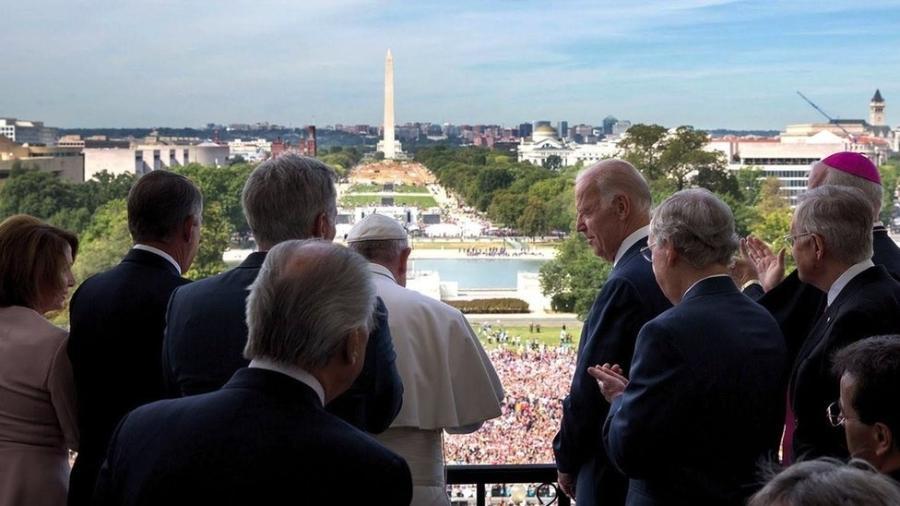 Papa Francisco e Joe Biden, que na época era vice-presidente dos EUA em foto de setembro de 2015, durante visita do pontífice a Washington - White House/David Lienemann