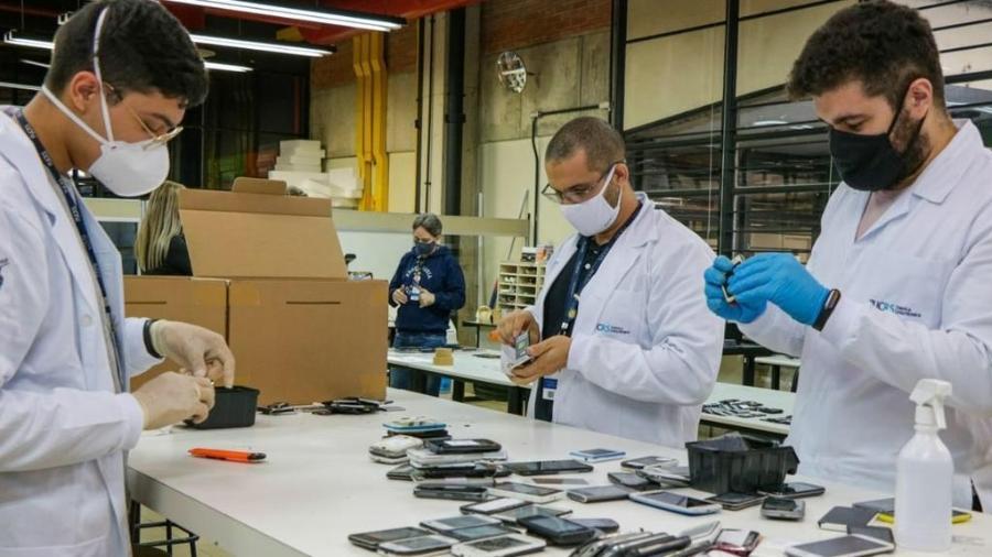 Técnicos da PUC-RS se revezam para fazer o conserto de celulares que são doados posteriormente - MP/Divulgação