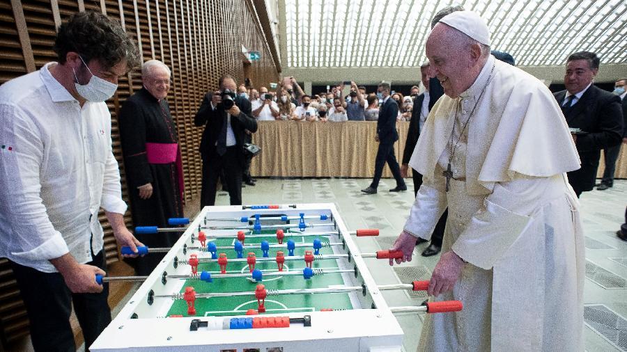 18.ago.2021 - Papa Francisco joga pebolim no Vaticano - Vatican Media/Handout via Reuters