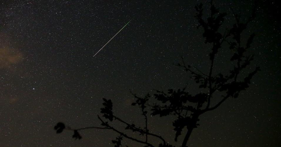 12.ago.2015 - Meteoro atravessa o céu de Kraljevine, na Bósnia-Herzegóvina. Uma das mais famosas chuvas anuais de meteoros, a Perseidas, deve atingir seu ápice na madrugada do dia 13 para 14
