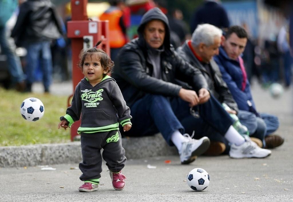 28.set.2015 - Uma criança joga futebol enquanto aguarda pelos pais em um acampamento para refugiados em Salzburgo, na Áustria