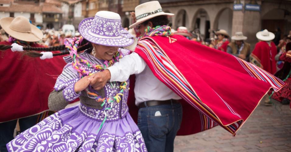 7.dez.2015 - No período que antecede à Quaresma, as pessoas em Cusco, Peru, usam fantasias, cantam e dançam nas ruas no carnaval na Plaza de Armas. As festividades diurnas são seguidas de banquetes