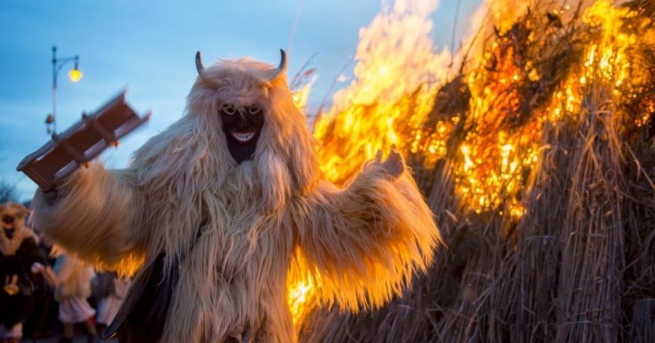 MOHACS, HUNGRIA - Carnaval em Mohacs, na Hungria, tem fantasias feitas com lã de ovelha