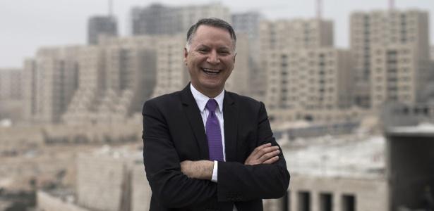 O empresário Bashar Masri e a cidade de Rawabi ainda em construção, na Cisjordânia