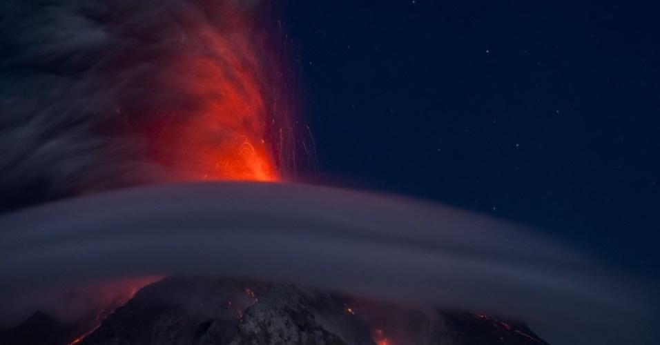 26.fev.2016 - Vulcão Monte Sinabung expele cinzas em Sumatra, Indonésia. Especialistas afirmam que o impacto da erupção recente deve durar por mais cinco anos