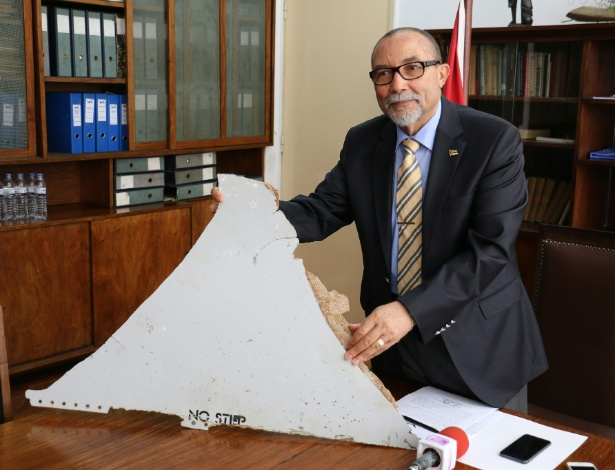 João de Abreu, presidente do Instituto de Aviação Civil de Moçambique, exibe pedaço de aeronave encontrado na costa do país africano, em Maputo