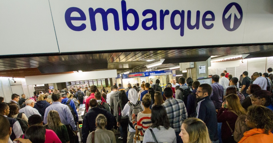 3.mar.2016 - Passageiros do Metrô de São Paulo tiveram dificuldade de embarcar na estação Tucuruvi, na zona norte da capital paulista. Os trens da linha 1-Azul e da linha 2-Verde circularam com velocidade reduzida no início da manhã após uma pessoa se jogar na frente de um dos trens na estação Paraíso, uma das que liga as duas linhas. O metrô informa que o usuário foi retirado da via por funcionários e  encaminhado para um pronto-socorro próximo da região. O serviço começou a ser normalizado a partir das 8h06, segundo o órgão