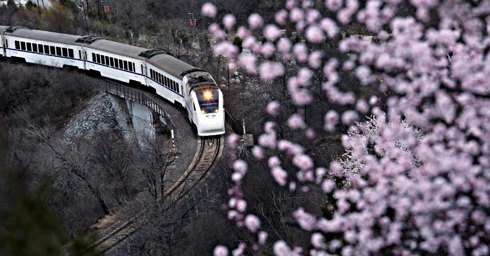 26.mar.2016 - Trem segue a rota entre Pequim e Zhangjiakou , na China