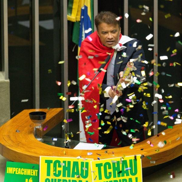 16.abr.2016 - O deputado Wladimir Costa (Solidariedade-PA) usa confetes durante o seu discurso na sessão que discute a admissibilidade do processo de impeachment da presidente Dilma Rousseff