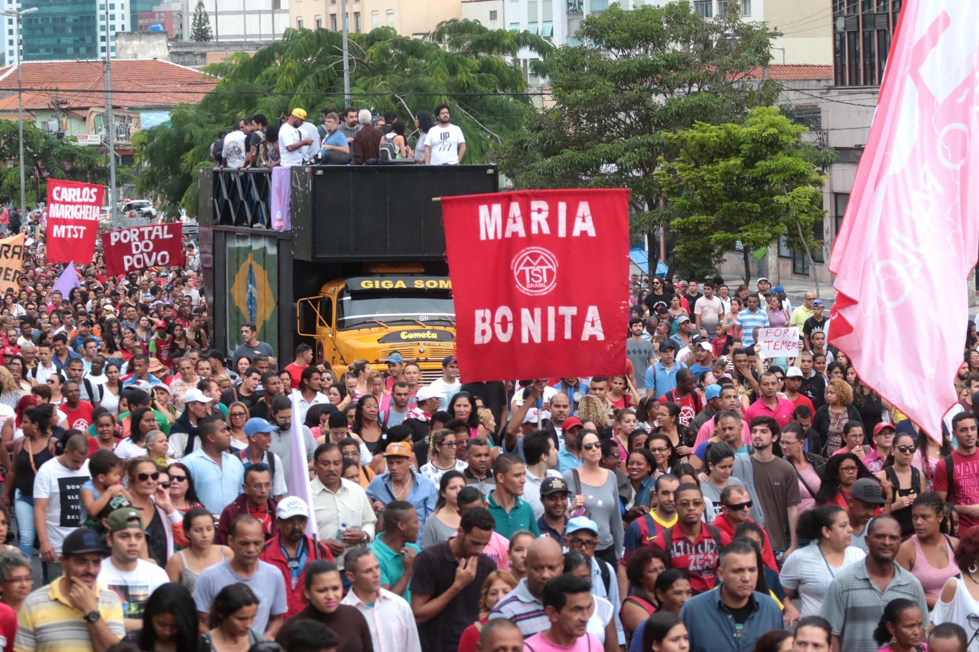 22.mai.2016 - Manifestantes se reúnem no Largo da Batata, em São Paulo, para ato contra o governo do presidente interino Michel Temer. O protesto tem apoio da Frente Povo Sem Medo, da CUT (Central Única dos Trabalhadores) e do MTST (Movimento dos Trabalhadores Sem Teto