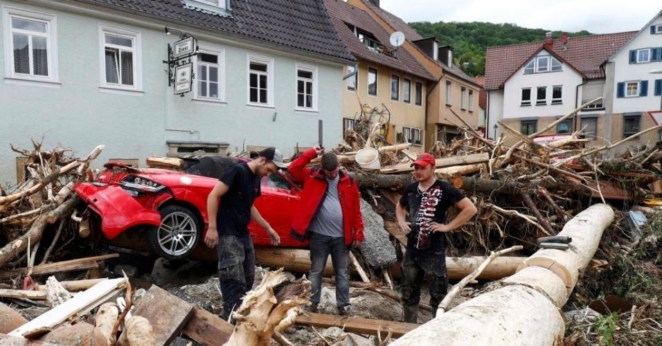 31.mai.2016 - Moradores analisam os danos causados ao bairro após inundações na cidade de Braunsbach, em Baden-Wuerttemberg, na Alemanha