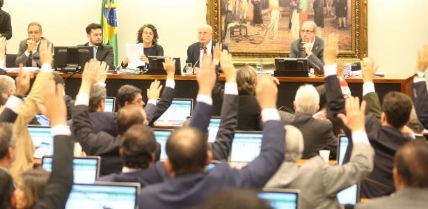 Deputados que participam da reunião da CCJ votam e negam recurso do deputado afastado Eduardo Cunha (PMDB-RJ) contra a decisão do Conselho de Ética