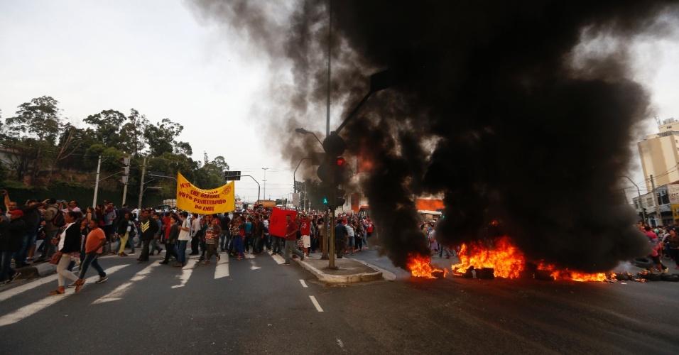 30.ago.2016 - Protesto do MTST (Movimento dos Trabalhadores Sem Teto) fazem barricadas na região da ponte Eusébio Matoso, proximo à avenida Francisco Morato, na zona oeste de São Paulo. O grupo protesta contra o impeachment da presidente afastada, Dilma Rousseff. Há outras manifestações espalhadas pela cidade