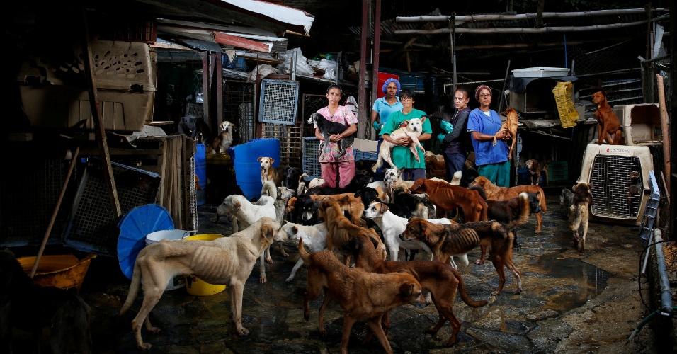 25.ago.2016 - Da esquerda para a direita, Maria Silva, Milena Cortes, Maria Arteaga, Jackeline Bastidas e Gissy Abello no abrigo para cachorros Famproa, em Los Teques, Venezuela