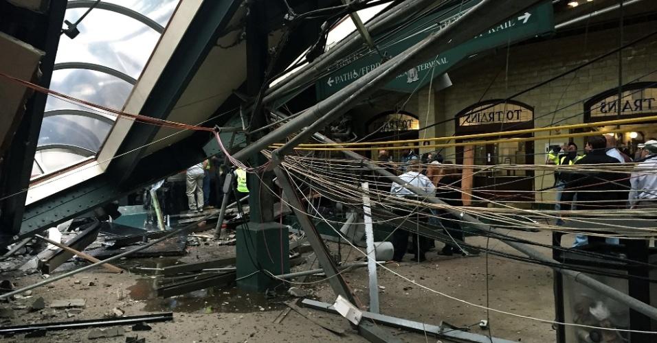 29.set.2016 - Teto desaba após acidente de trem na estação Hoboken, em Nova Jersey