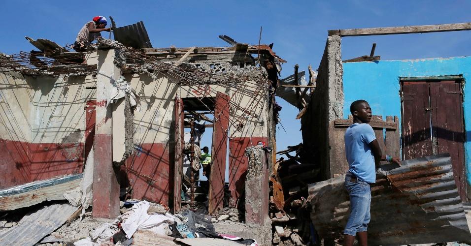 8.out.2016 - População recolhe destroços após passagem do furacão Matthew em Jeremie, no Haiti