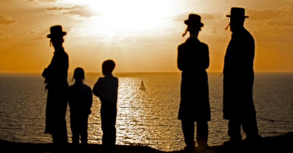11.out.2016 - Judeus ultra-ortodoxos rezam ao longo do Mar Mediterrâneo, durante o ritual