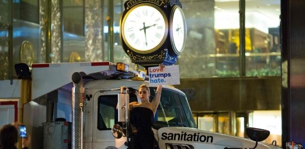 Lady Gaga organizou um protesto em um caminhão de lixo em frente a Trump Tower