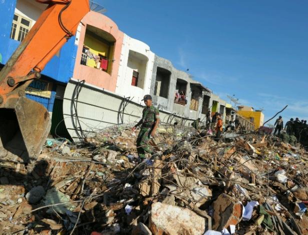 Equipes de busca e salvamento iniciam segundo dia à procura das vítimas de terremoto