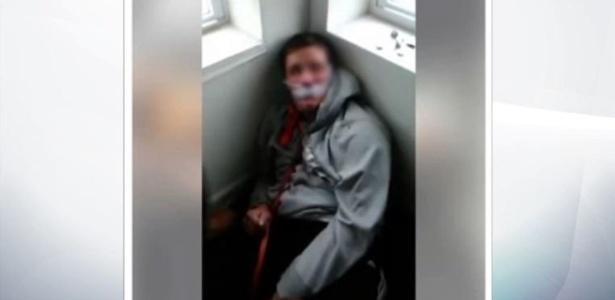 Na gravação, a vítima aparece amarrada e amordaçada e é golpeada por vários indivíduos