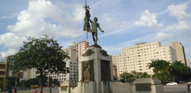 Estátua de Apolo nu no Monumento à Terra Mineira, em BH